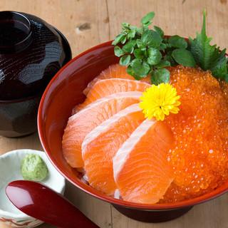 「紅富士丼」プチプチのますのいくらがたっぷり!
