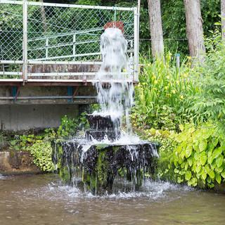 湧き水の流れる音を聞きながら小旅行気分を味わえる、癒しの空間