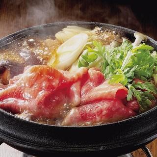 厳選された第一級の米沢牛を、すき焼きやしゃぶしゃぶで堪能