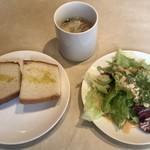 コスタ・ブラバ - 鶏肉と魚介のパエリア ¥990 に付くスープ、サラダ、パン