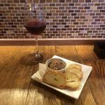 カヤバール - グラスワイン250円と 鶏レバーパテ300円(税別)
