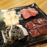 もつ鍋 焼き肉 岩見 - 今回一番想定外に良かったのは、ホルモンミックス4種です。 厚切りカットで、見るからに新鮮です。