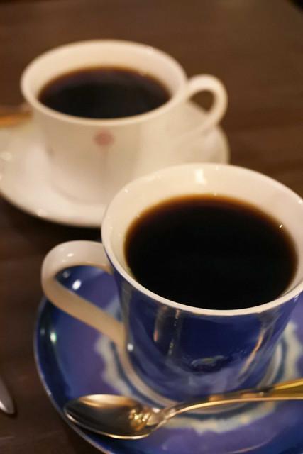 ダンケ 心斎橋 - 注文は2人ともバターブレンドコーヒー550円。 たくさんあるコーヒーカップの中からお店の方が その人に合ったものを選んで珈琲を入れてくれます。 きれいなカップだね。