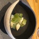 86774809 - 日高のマツブ貝 酢漬けにしたキュウイと酢橘の香りととグレープのアクセント