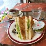 Zakku - 向こう側にも、もう一切れサンドイッチが有ります。
