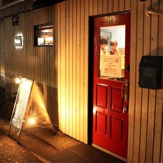 赤い看板が目印です!箱崎駅より徒歩5分程度♪