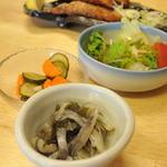 三崎港 海の幸 - まぐろの皮の酢漬け、サラダ、お新香