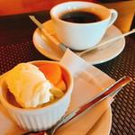 ビストロ フェリーチェ - 「青りんごのババロアとアイス」)とホットコーヒー