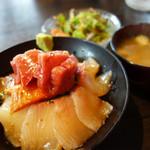 翠藍 - 海鮮丼1,000円。 サラダ・味噌汁付です。