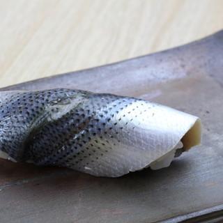 日々、仕入れる鮮魚は天然物にこだわり。市場で目利きし厳選。