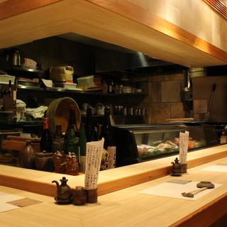 【全8席・カウンター】密やかな和空間で、堅実な鮨に親しむ。