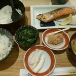86784426 - 18/5 天然紅鮭の甘塩焼定食:1166円(税込)