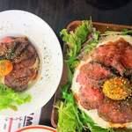 86784466 - 右  ローストビーフ丼男盛り+追い肉                       左  丼並盛り+追い肉