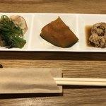 魚とし - 小鉢が3種類、魚卵は鰆です