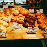 ベーカリーアンドビア ブッチャーズ - 入って左ではいろんなパンを売っています。