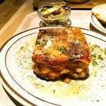 ベーカリーアンドビア ブッチャーズ - キャベザニアとはキャベツを挟んだラザニア。優しいトマト風味のボロネーゼやチーズが入っています。9cm四方となかなかの大きさで食べ応えあり。