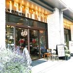 ベーカリーアンドビア ブッチャーズ - 同じ通りにあるブッチャーズ1号店も昼時女性ばかり。