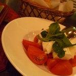 イタリア田舎料理 ダンロ - トマトとモッツァレラのサラダ(1,260円)