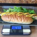 サブマリン - 「ダイナマイト Hot Dog's」1,000円(税込)総重量(実測値)471g。クッキングスケールにトレーを載せた状態でスィッチを入れ、0 表示にしたところに「ダイナマイト Hot Dog's」を載せるという方法でやっと計量出来た。
