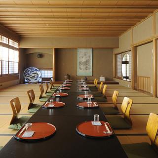 数寄屋造りの純和風の空間。カウンター、個室、そして大広間まで
