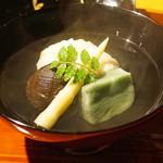 まる富 - 菱蟹の真丈、蓬麩、姫筍、椎茸の清汁仕立のお椀、木の芽を添えて
