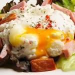 厚切りベーコンと半熟卵のポテトサラダ