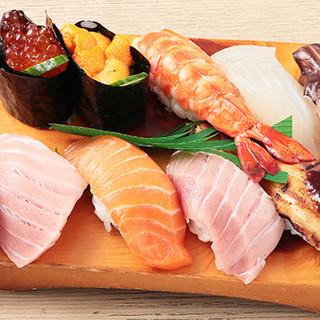 """旬のおすすめ鮮魚を握る◎""""徳特にぎり""""は2,000円~"""