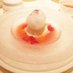 ハーゲンダッツ ラ メゾン ギンザ - ミルク クラシックアイスクリーム、ピーチジュレスープ ~クランベリーゼリーを浮かべて~(1200円)