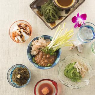 沖縄料理を身近に楽しめるよう、和食や中華のアレンジも添えて