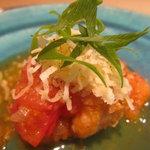 8682606 - あったかい一皿、鯛の上にトマト、その上にチーズ、葱