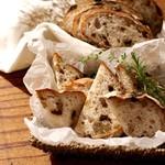 今宵、成田で世界の肉料理とごほうびワインを - レーズンくるみパン