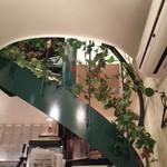 Shinkawataishoukenhanten - 店内には洋風な螺旋階段