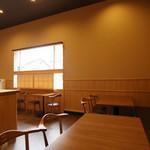 和食香穂 - テーブル席のみ12席です。貸切のご相談も承ります。