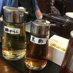 86828006 - 酢からしは唐辛子入りの酢。黒酢は黒い酢