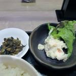 もつ鍋 天神ホルモン - ご飯に添えられた香の物は辛子高菜、小鉢はポテトサラダでした。