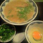博多麺房 赤のれん - 生卵トッピング