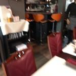 バンゲラズ キッチン - 奥のテーブル席とカウンター席(ボケました)
