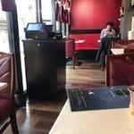 バンゲラズ キッチン - 手前テーブル席は左右に
