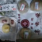 喜世栄 - 料理写真:宿坊のお茶受けが石ころも 白ピンク抹茶色あり