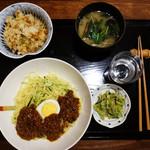 古4季 - 『しげちゃん定食』880円。ジャージャー麺・洋風炊き込みご飯・味噌汁・小鉢の内容です。