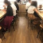 辛麺屋一輪 - 店内。女性多し