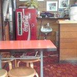 8687120 - 店内のレトロなコーラ冷蔵庫