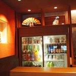 串揚 玄 - 店内にはりっぱな陶器がディスプレイされ、お酒豊富。