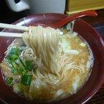 麺家 静 - 豚骨醤油(麺持ち上げ)