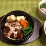 カフェ結 - 伊豆牛・ハンバーグ定食(デミグラス、和風)・・・伊豆牛と国産豚挽肉を使用したハンバーグです。箸で食べれるハンバーグとして作りましたので、軟らかいです。自家製ソースで召し上がれ。【セット価格 ¥450】〔税抜価格〕