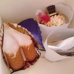 モイッカ - 右から、インジェクションカップケーキ(ストロベリーソース)、スピルリナチーズケーキ、はちみつレモンケーキ