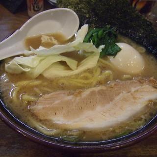 らあめん寸八 - 料理写真:豚骨醤油690円。+味玉