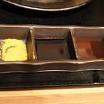 厚切り牛かつ専門店 神戸 牛かつ亭 - 薬味3種を入れて