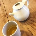 86882445 - 温かいお茶が付いてきます