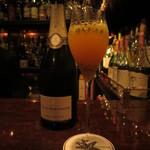 バースカーレット - 生のパッションフルーツとシャンパンのカクテル